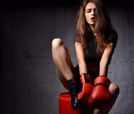Schöne Frau mit roten Boxhandschuhen am Turnhallenkonzept a Lizenzfreie Stockfotografie