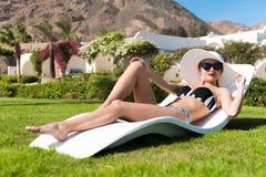 Schöne sexy Frau nahe Pool stockbild