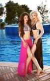 Schöne sexy Frauen, die im Badeanzug aufwerfen Bikinimodelle mit lang Lizenzfreie Stockfotos