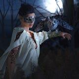 Schöne Hexe in der Maske mit Eule Stockfotos