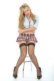 Schöne sexy junge Frau, die kurzen Mini Skirt Blue Shirt trägt Lizenzfreie Stockfotos