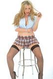 Schöne sexy junge Frau, die kurzen Mini Skirt Blue Shirt trägt lizenzfreie stockfotografie