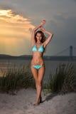 Schöne sexy junge Frau mit perfektem dünnem Körper im Bikini, der auf Strand aufwirft Lizenzfreies Stockbild