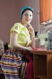 Schöne sexy lustige junge Pinupfrau in hellgrünem mit Nähmaschine stockfoto