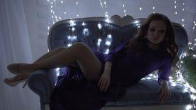 Schöne sexy Rothaarigefrau eingehüllt in eine leuchtende Girlande stock footage