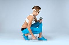 Schöne sexy Sporteignungsfrau, die Trainingsübung mit d tut lizenzfreie stockfotografie