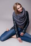 Schöne sexy vorbildliche Frau in der zufälligen Kleidung Katalogisieren Sammlung Stockbilder