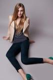 Schöne sexy vorbildliche Frau in der zufälligen Kleidung Katalogisieren Sammlung Stockfotos