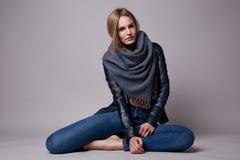 Schöne sexy vorbildliche Frau in der zufälligen Kleidung Katalogisieren Sammlung Stockfotografie