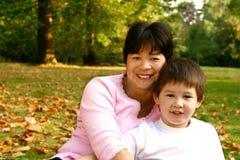 Schöne siamesische Mamma und Sohn lizenzfreie stockbilder