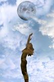 Schöne silhouettierte nackte Frau, die mit Liebe preist Stockfotografie