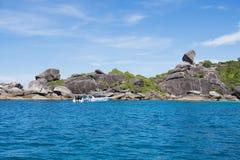 Schöne similan Insel mögen einen Himmel mit blauem Himmel und ruhiger Querstation Lizenzfreie Stockfotografie