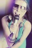 Schöne singende Frau stockfotos