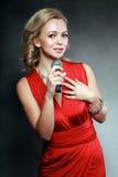 Schöne singende Frau Lizenzfreie Stockbilder