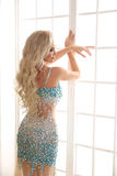 Schöne sinnliche blonde Brautfrau mit langer gelockter Frisur, Stockbilder