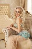 Schöne sinnliche blonde Brautfrau mit Make-up im luxuriösen dre Stockfoto