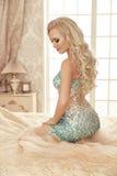 Schöne sinnliche blonde Brautfrau mit Make-up und langem gelocktem h Stockbild