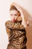 Schöne sinnliche blonde Dame im Leoparddruck Lizenzfreies Stockfoto