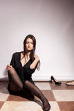 Schöne sinnliche busty Frau auf grauem Hintergrund Stockfotografie