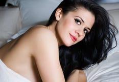 Schöne sinnliche Frau mit faszinierenden Augen Lizenzfreies Stockfoto