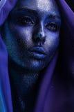 Schöne sinnliche Frau mit violettem bodyart im Gewebe stockfotos