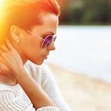 Schöne sinnliche Modefrau in der Sonnenbrille Mehrfarbiger Knall Lizenzfreies Stockfoto