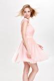 Schöne sinnliche und sexy blonde Frau im rosa Cocktailkleid PO Lizenzfreie Stockfotos