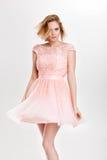 Schöne sinnliche und sexy blonde Frau im rosa Cocktailkleid PO Lizenzfreies Stockfoto