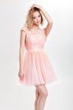 Schöne sinnliche und sexy blonde Frau im rosa Cocktailkleid PO Stockfotos