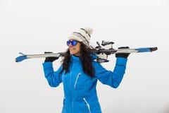 Schöne Skifahrerfrau auf den Berg nebel Stunden und Landschaft Lizenzfreies Stockfoto