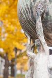 Schöne Skulptur im Herbst Stockfotos