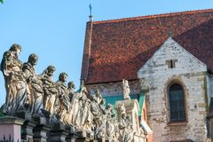 Schöne Skulptur von 12 Aposteln vor dem hintergrund Stockbilder
