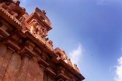 Schöne Skulpturen auf dem ersten Turm - alter Tempel Gopuravon Brihadisvara in Thanjavur, Indien stockfoto