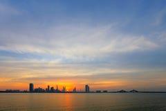 Schöne Skyline von Bahrain während der Dämmerung, HDR Lizenzfreies Stockfoto
