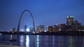 Schöne Skyline von St. Louis mit Zugangs-Bogen bis zum Nacht stock video
