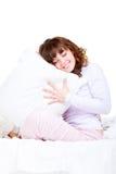 Schöne smileyfrau mit Kissen Lizenzfreie Stockfotos