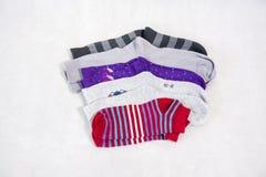 Schöne Socken auf einem weißen Hintergrund Lizenzfreie Stockbilder