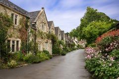 Schöne Sommeransicht der Straße im Schloss Combe, Großbritannien lizenzfreie stockbilder