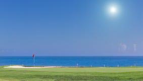 Schöne Sommeransicht eines Golfplatzes Stockfotografie