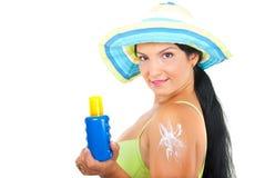 Schöne Sommerfrau mit Sonneschutzlotion Stockfotos