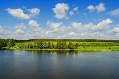 Schöne Sommerlandschaft Lizenzfreie Stockbilder