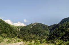 Schöne Sommerlandschaft in den Bergen, in den grünen Wiesen und im dunkelblauen Himmel mit Wolken Großer Kaukasus azerbaijan Gakh Lizenzfreie Stockbilder