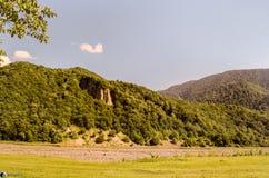 Schöne Sommerlandschaft in den Bergen, in den grünen Wiesen und im dunkelblauen Himmel mit Wolken Großer Kaukasus azerbaijan Gakh Stockbild