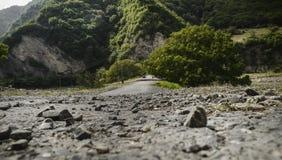Schöne Sommerlandschaft in den Bergen, in den grünen Wiesen und im dunkelblauen Himmel mit Wolken Großer Kaukasus azerbaijan Lizenzfreie Stockfotografie