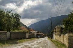 Schöne Sommerlandschaft in den Bergen, in den grünen Wiesen und im dunkelblauen Himmel mit Wolken Großer Kaukasus azerbaijan Stockfoto