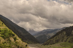 Schöne Sommerlandschaft in den Bergen, in den grünen Wiesen und im dunkelblauen Himmel mit Wolken Großer Kaukasus azerbaijan Stockbild