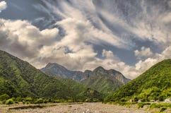 Schöne Sommerlandschaft in den Bergen, in den grünen Wiesen und im dunkelblauen Himmel mit Wolken Großer Kaukasus azerbaijan Lizenzfreie Stockfotos
