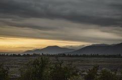 Schöne Sommerlandschaft in den Bergen, in den grünen Wiesen und im dunkelblauen Himmel mit Wolken Großer Kaukasus azerbaijan Lizenzfreie Stockbilder