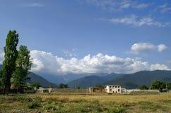 Schöne Sommerlandschaft in den Bergen, in den grünen Wiesen und im dunkelblauen Himmel mit Wolken Großer Kaukasus azerbaijan Lizenzfreies Stockfoto