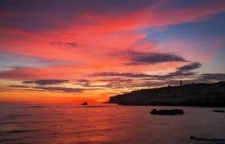 Schöne Sommerlandschaft mit Sonnenuntergang, buntem Himmel und Meer Stockbilder